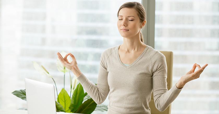 Donna al lavoro calma ansia e stress con esercizi di training autogeno