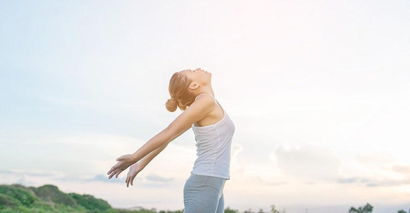 Donna si rilassa con esercizi di training autogeno